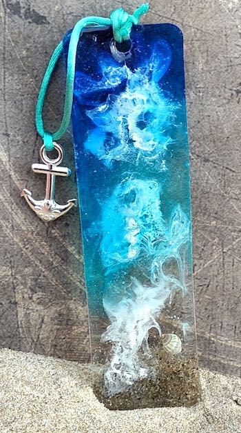 artist: Angela - resin and shells keychain